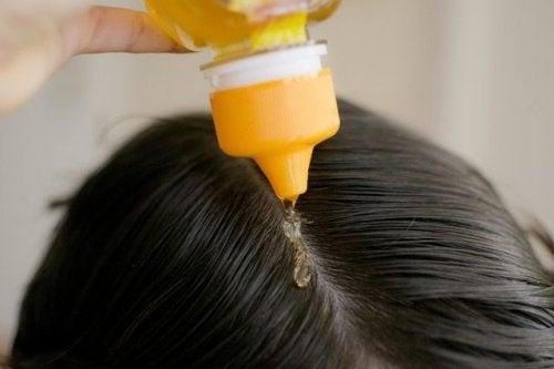 Comment-utiliser-le-miel-pour-les-cheveux-500x333