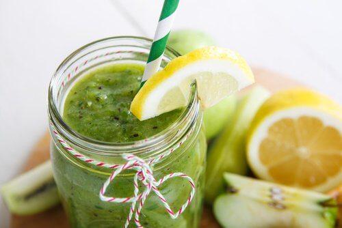 Un jus à base d'épinards, de pomme et de citron pour réduire la graisse abdominale