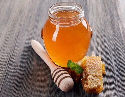 Le miel d'abeille contre les maux de gorge.