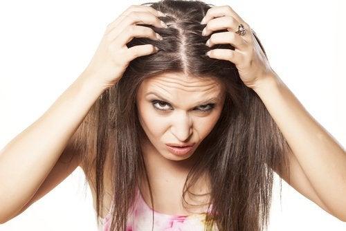 Lenfant lhuile pour les cheveux