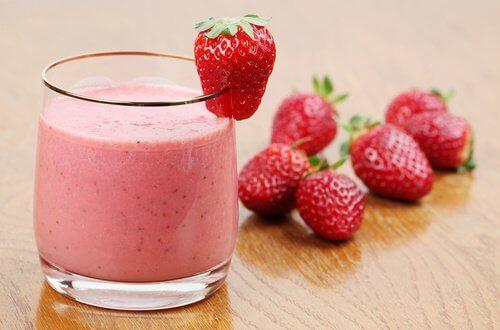 Smoothie-de-fraise-persil-ananas-500x330