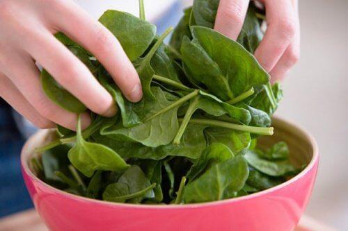 aliments pour atténuer les effets de la ménopause : épinards
