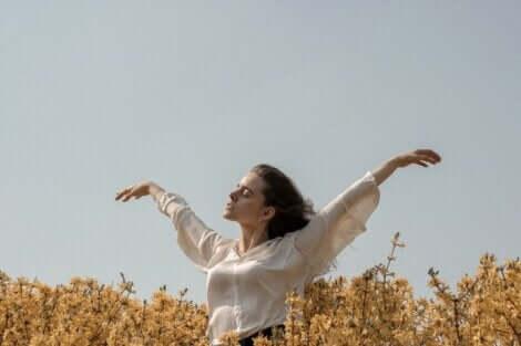 Femme qui danse dans un champ