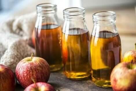 Bouteilles de jus de pomme.