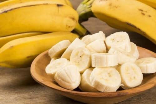 Morceaux de banane dans un bol