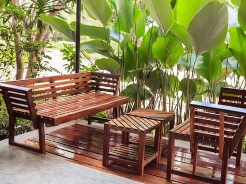 Une table et des chaises de jardin