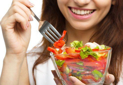 femme qui mange des aliments naturels