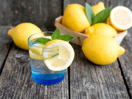 Le citron aide à contrôler les symptômes de l'hypothyroïdie.