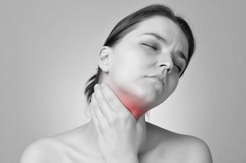 Le mal de gorge fait partie des symptômes de l'hypothyroïdie.