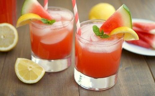 Le jus à la fraise, au citron et à la pastèque pour soigner l'inflammation
