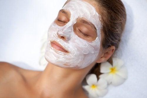 Le masque pour la personne de lalbumine et la vitamine avec