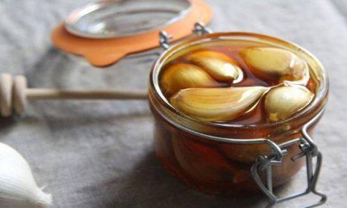 Remède au miel et à l'ail pour soigner le foie