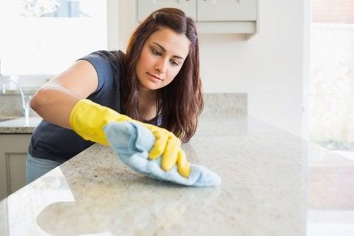 femme qui lave sa cuisine