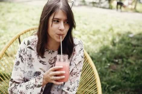 Femme en train de boire un smoothie