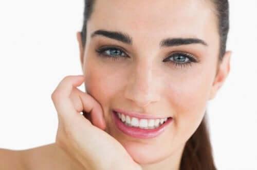 Une jeune femme avec des yeux bleus.