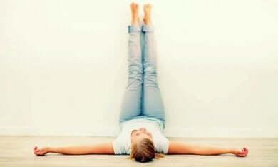 Une femme qui fait des exercices pour les jambes.