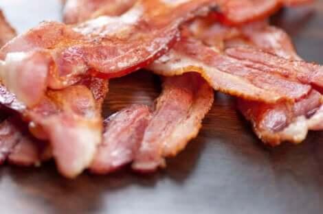 Tranches de bacon grillées.