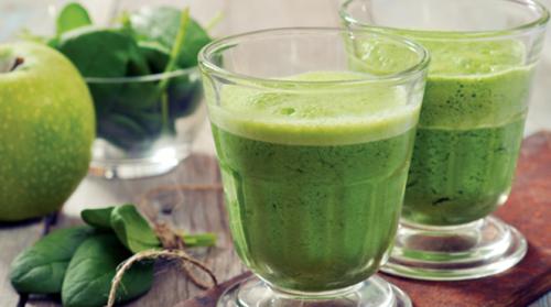 Le jus aux épinards, aux carottes, aux pommes et au fenouil pour stimuler l'énergie