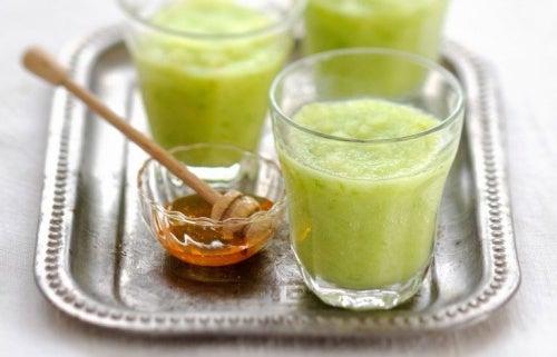 smoothie-detoxifiant-celeri-et-miel-768x493