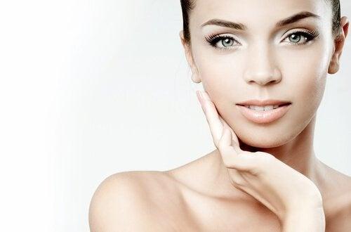 9 choses que vous ne devez jamais appliquer sur votre visage