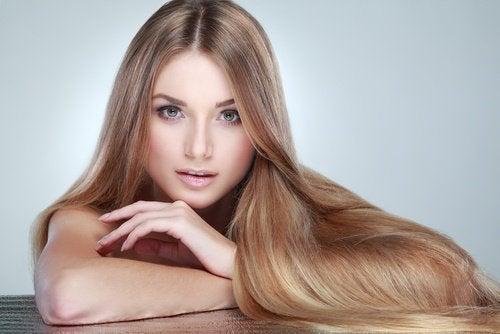femme avec de beaux cheveux