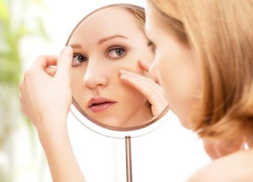 Nettoyez votre visage à l'aide du vinaigre blanc.