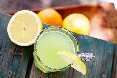 Jus de citron tiède pour le corps.