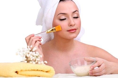 Crème naturelle pour atténuer les taches et rajeunir la peau