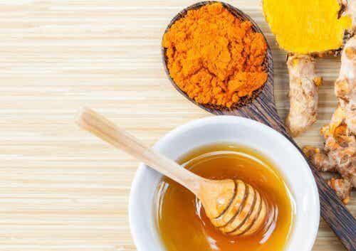 Remède au miel et au curcuma pour apaiser les douleurs articulaires