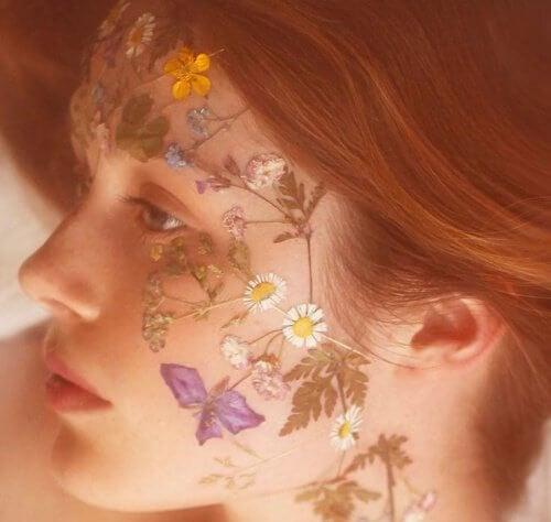 femme avec des fleurs sur le visage