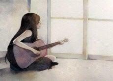 Femme-avec-une-guitare-sur-le-sol-500x317