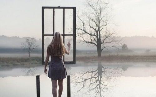 Femme face à une fenêtre suspendue dans les airs