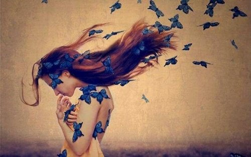 femme papillons bleus