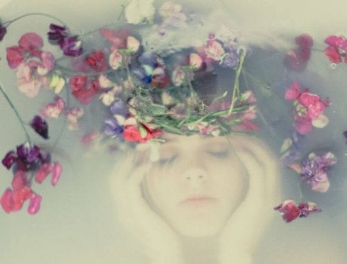 Femme-sous-l'eau-avec-couronne-de-fleurs-500x380
