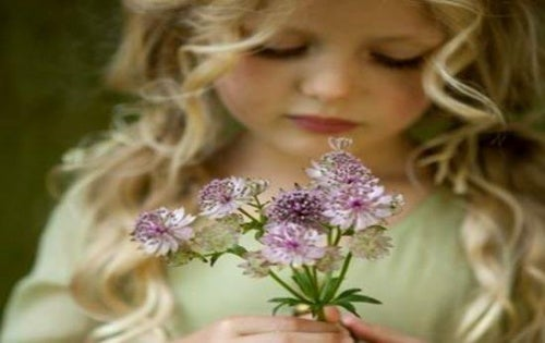 Fille-avec-fleurs