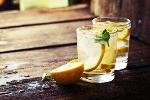 Le jus de pomme et de citron.