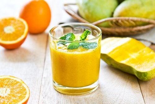 Smoothies pour le foieà la carotte, mange et orange