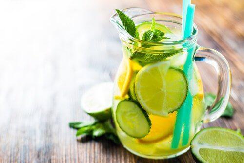 Boisson naturelle au concombre, au citron et à l'orange pour accélérer le métabolisme
