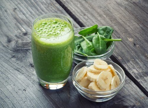 Smoothie-detox-banane-epinards-500x365