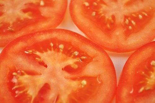 Tomate pour traiter la peau grasse