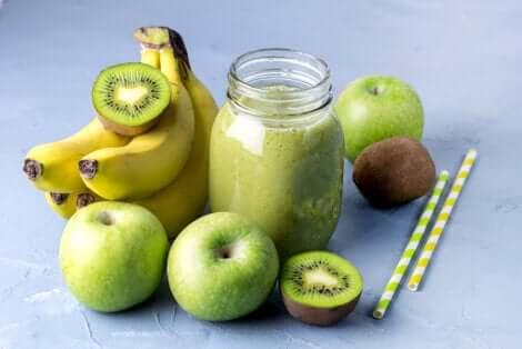 Bananes, pommes et kiwis