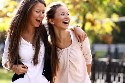 Deux amies qui rigolent