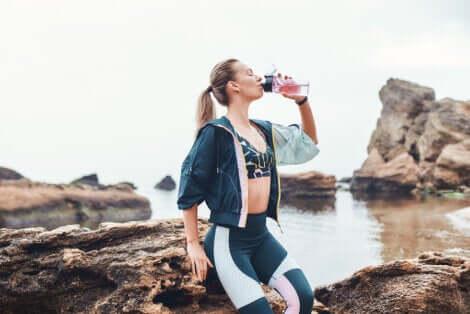 Femme en train de boire de l'eau