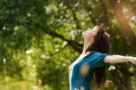 Femme heureuse, les bras ouverts