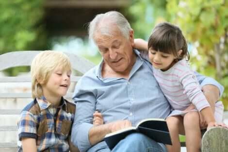 Un grand-père avec ses petits-enfants