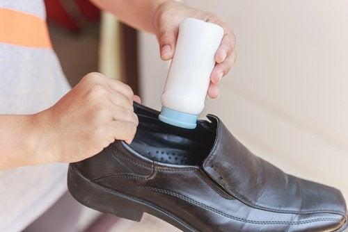 usages du talc : pour éliminer la mauvaise odeur des chaussures