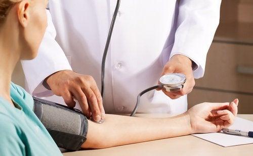 Faire des câlins contrôle la tension artérielle.