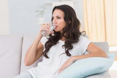 Femme en train de boire un verre d'eau