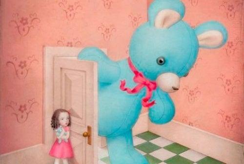 Enfant-ouvrant-la-porte-ours-geant