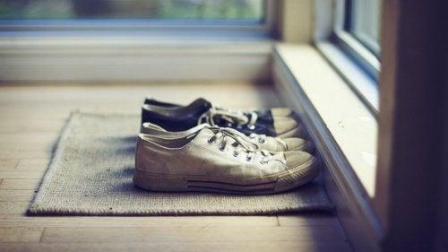 Pourquoi vaut-il mieux enlever ses chaussures avant d'entrer chez soi?